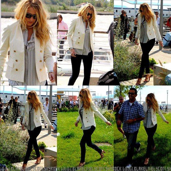 ϟ 2 Septembre : Blake était à l'aéroport de venise  . Elle était d'ailleurs très jolie ! J'aime beaucoup sa tenue, composez d'une paire delunettesde soleil, d'un blazer Blanc, d'une chemise grise avec des rayures blanche & noir, d'unpantalonnoir & enfin d'une joliiie paire de chaussures à talon, marron ! Pour moi sa sera un TOOP ! (+) En lien : le 4 septembre : la jolie blonde de retour à New Yorkqui a était aperçu au téléphone .