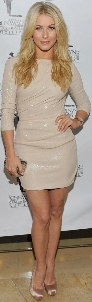 Robe: Julianne Hough O1
