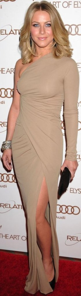 Robe: Julianne Hough O3