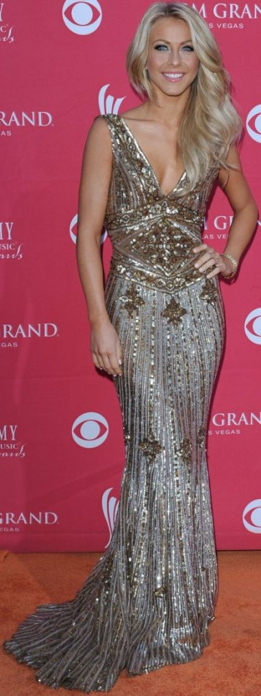 Robe: Julianne Hough O5