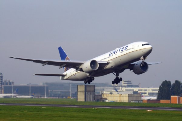 UNITED AIRLINES  BOEING 777-200  N69020