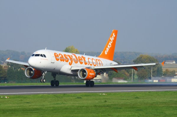 EASYJET AIRWAYS  AIRBUS A319-100  G-EZGG