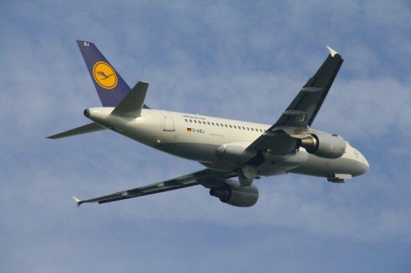 LUFTHANSA  AIRBUS A320-200  D-AIBJ