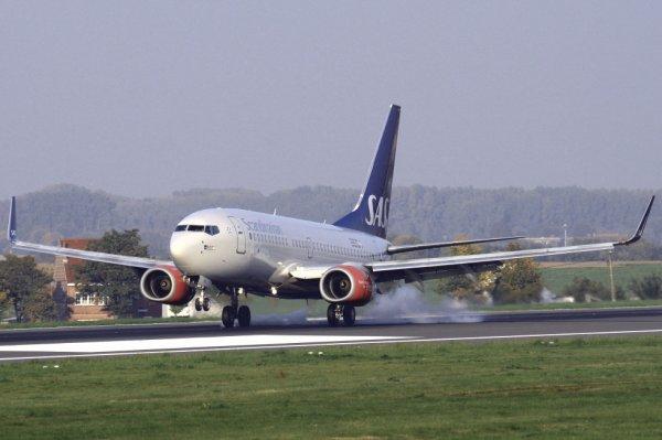 SAS-SCANDINAVIAN AIRLINES  BOEING 737-700  SE-REZ