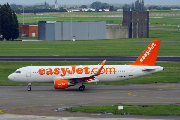 EASYJET AIRLINES  AIRBUS A320-200  G-EZWK