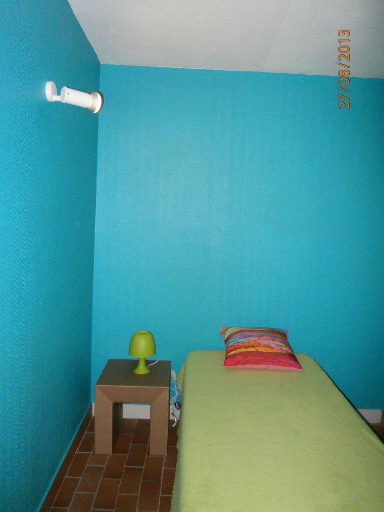 3 chambres, 1 grande avec lavabo et TV-lecteur DVD-USB-carte SD, 1 moyenne  avec 2 lits 90 x 190 cm  et une 3ème avec 2 lits superposés , chacune des chambres pouvant recevoir 2 personnes