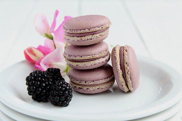 """"""" Macarons à la Mûre ( Meringue Italienne ) """""""