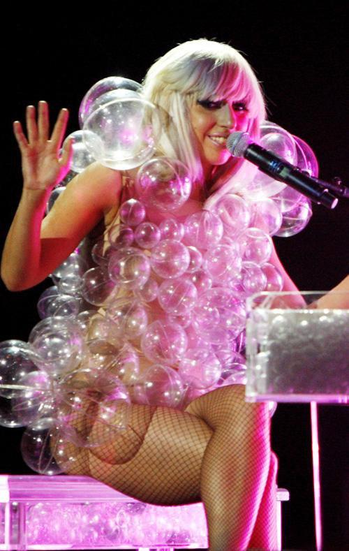Lady Gaga dans sa robe bulle
