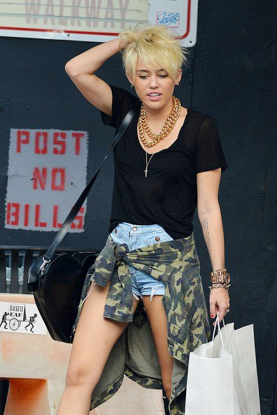 23 Août 2012: Miley a été aperçue en train de faire du shooping avec des amis à New York