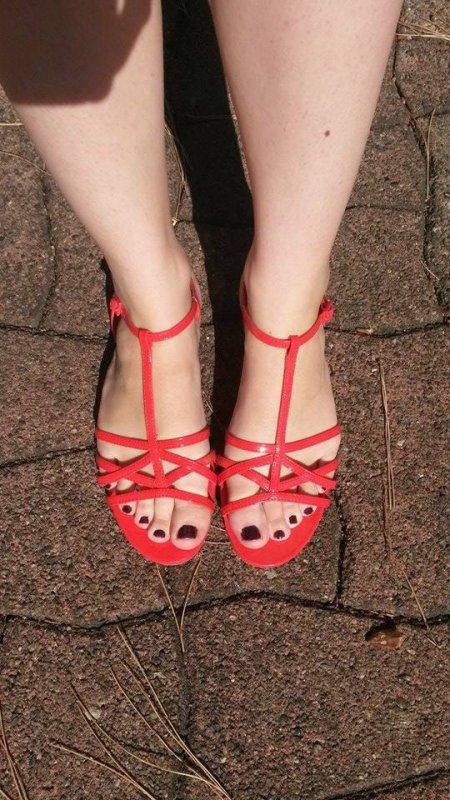 Voici encore les sublimes pieds d'Aurélie , avec un magnifique vernis violet qui lui va à ravir!