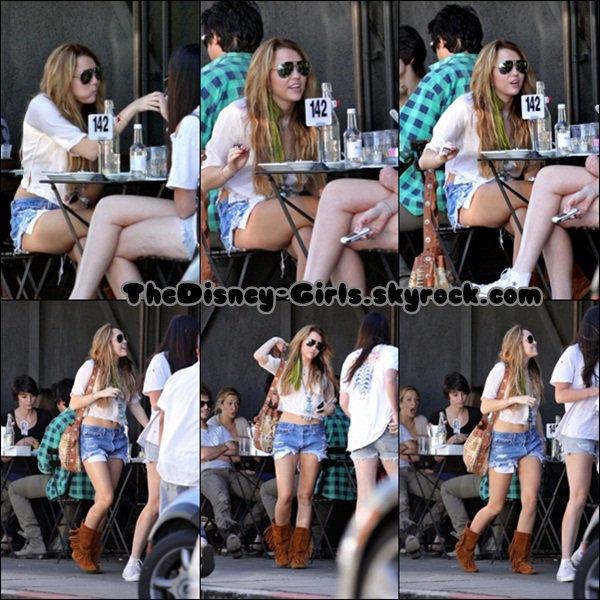 .MILEY CYRUS : déjeunant avec une amie hier à Joan's On Third  (08/10). .