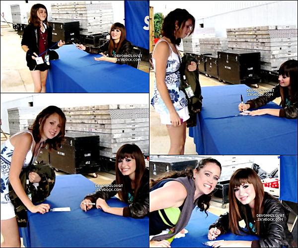 15/06/2008 : Demi Lovato signer des autographes pour ses fans à Saint-Louis.