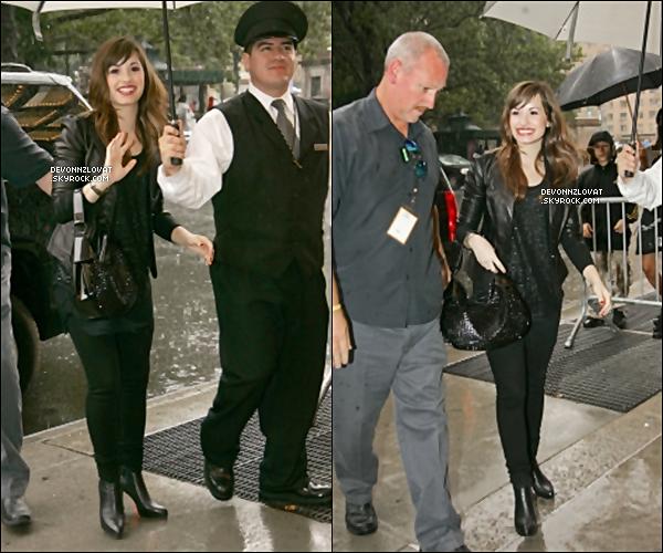 11/08/2008 : Demi Lovato a été vue rentrant puis sortant de sont hôtel a New York City.