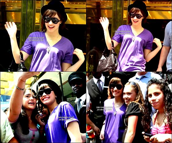 14/08/2008 : Demi Lovato a été vue sortant de sont hôtel a New York.