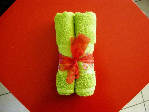 Lettres colorées sur serviette verte