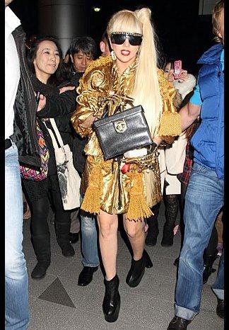 Gaga toujours a Tokyo sortant de chez Louis Vuitton