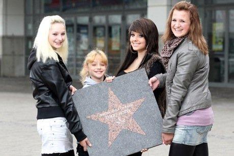 Des fans placent l'étoile de Tokio Hotel sur le « Walk Of Fame »