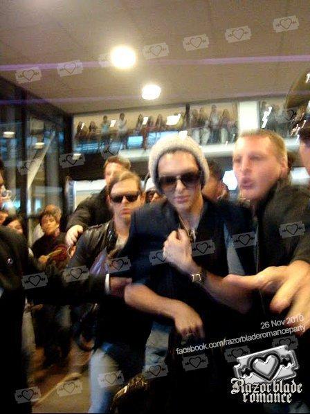 Tokio Hotel crée l'hystérie totale à L'aéroport de Santiago