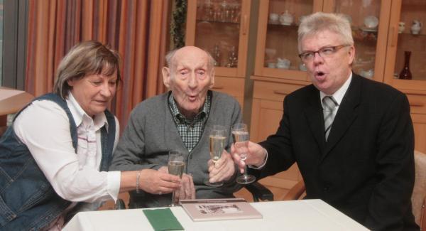 Bill et Tom félicitent leur arrière grand-père pour son 100ieme anniversaire depuis Tokyo