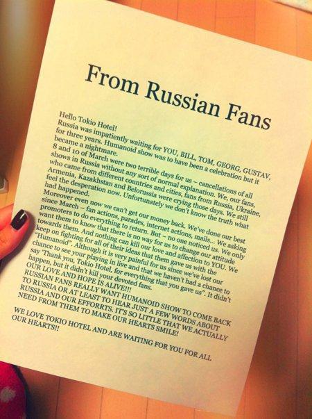Les fans japonais ont donné au groupe une lettre venant des fans russes.