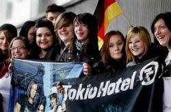 Une trentaine de fans au Zénith, hier, pour crier leur soutien à Tokio Hotel