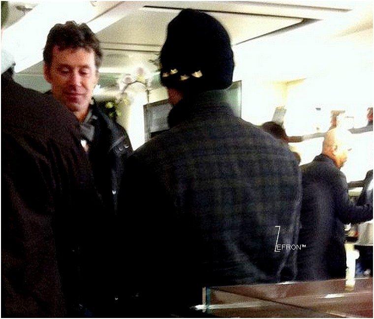 © ZEfron™  22.12.2012  - Photo de Zac de Dos et son pere David pris par un Fan a New York.  @V: Cette année peut être que les Efron vont passer à Noel à NY c'est super sa des photos de famille pour nous.