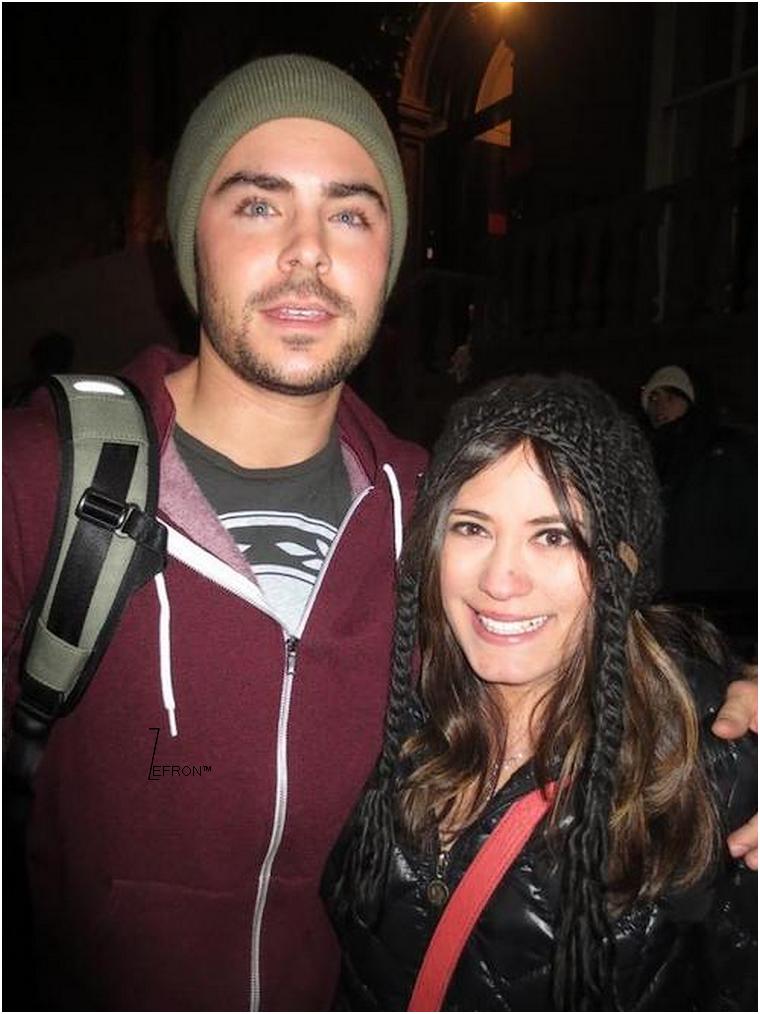 © ZEfron™  04.01.2012  -  Zac quittant le set d'AWOD? et passant du temps avec ses fan's présent en soirée à New York.  @J: J'aime l'attention spéciale que porte Zac à ses fan's qu'importe l'heure qu'il est...