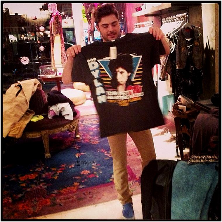© ZEfron™  27.01.2013  -  Zac faisant une pause shopping dans la boutique A. Turende à New York.  @J: Zac à profiter un peu de son weekend calme avant de partir sur le tournage de Parkland.