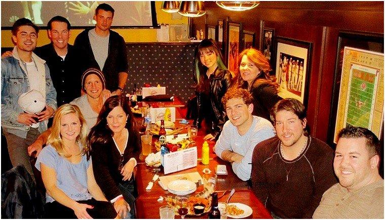 © ZEfron™  13.02.2013  -  Zac et l'équipe de Parkland au Restaurant à Austin au Texas datant d'il y a quelques jours.