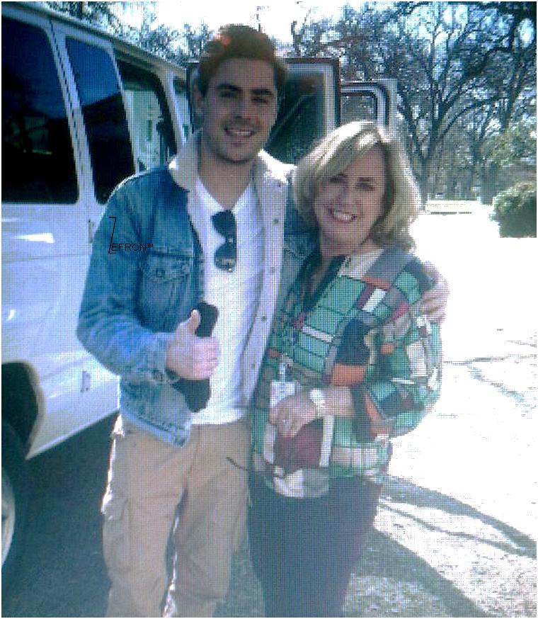 © ZEfron™  21.02.2013  -  Zac prenant du temps pour poser avec une dame, fan?!, à Austin, Texas.  @J: 1 Kiff + un commentaire (même petit ^^) pour vous prévenir maintenant! Merci :D Kiss