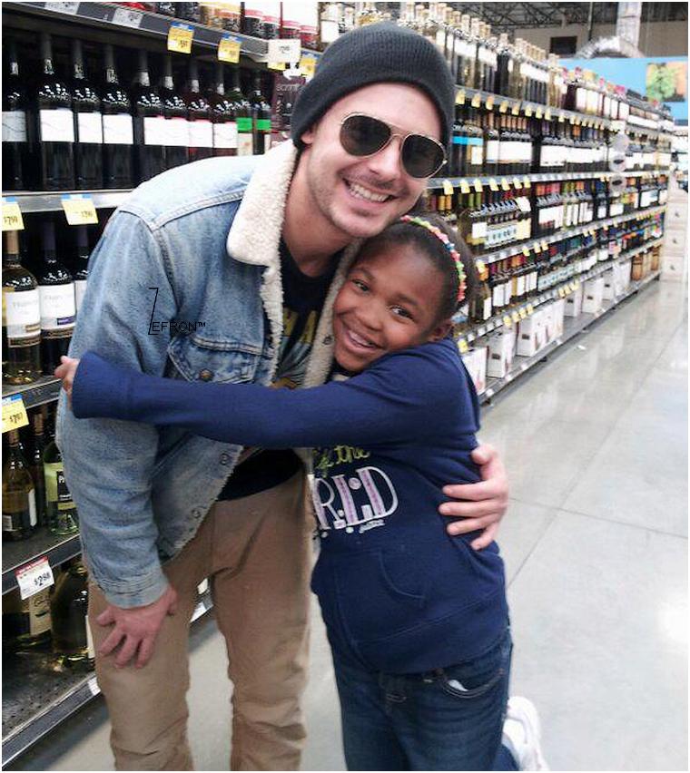 © ZEfron™  23.02.2013  -  Zac photographier avec une fan dans un supermarché, au rayon Vin à Austin, Texas.  @J: De petite news de Zac, mais des news quand même :D Un Zac toujours très souriant et près de ces fan's!!