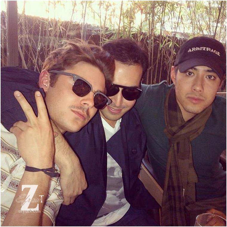 """© ZEfron™  28.02.2013  -  Ancienne photo à Barcelone de Zac, Justin et Mohammed poster par celui ci sur Instagram.  @J: Heureusement que les amis de Zac sont généreux en photo!! Le """"ThursdayBack"""" de Mohammed je l'adore ^^"""