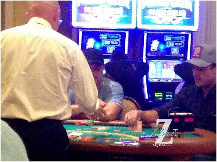 © ZEfron™  14.03.2013  -  Photo de Zac Efron jouant au Black Jack dans un Casino à Las Vegas.  @V: Pour une fois que l'on a des photos de Zac à Vegas, profitons en mais avec une fille sa serait encore mieux.