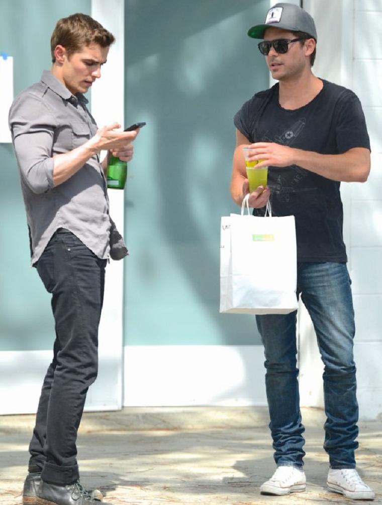 © ZEfron™  29.03.2013  -  Zac Efron et sa co-star Dave Franco sur le tournage du film Townies à Los Angeles. @V: Je veux bien Zac en Tournage tous les jours juste pour avoir des photos de lui. @J: J'aime ces tournage dans les grandes ville rempli de pap's ^^