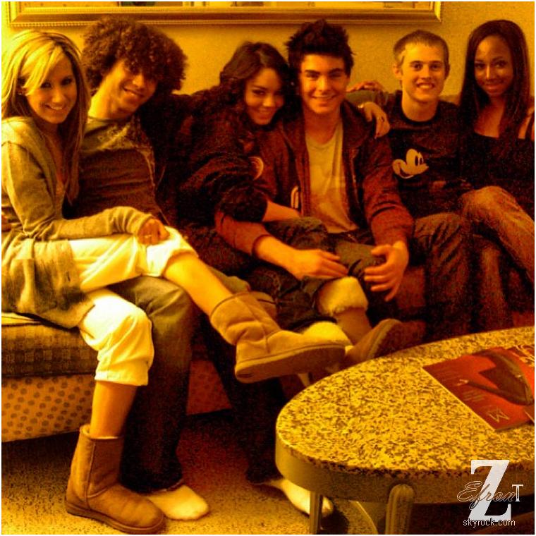 © ZEfron™  05.04.2013  -  Photo poster par Lucas Grabeel sur Instagram de Zac Efron et le reste du cast HSM pour son #ThrowBackThursdays. @J: Ce n'est pas vraiment une nouvelles photos, on la déjà vu sous différent point, mais malgré le fait que Zac soit en tournage à Los Angeles, c'est la seule chose que l'on a à vous proposer :/ Vivement le 14 avril pour les MTV Movie Award!!