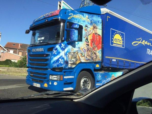 Ce magnifique scania du transport Jean Rouillon venant des Vosges. Il est venu ravitailler Leclerc dans le nord