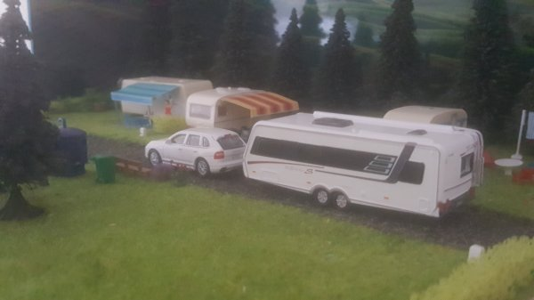 Ça y es, Jeremy est arrivé au camping... ces amis lui font signe de contentement