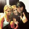 Enrique posant avec des amis , de la famille et sa chérie Anna Kournikova après le concert à Miami ce 22 octobre