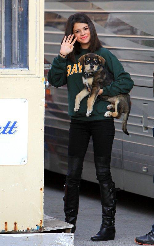Selena dehors avec son chiot Baylor