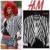 """# # Rihanna porte  un blazrer   """" H&M  """"  qui coûte   39, 95 $ ! Remarque *  Lors du tournage du clip de son 2e single  """"What's My Name?"""" dans les rues de   New York, La chanteuse de 22 ans arborait un look des plus originales  ! Mix d'imprimés et de superpositions, Rihanna revisitait les tendances à sa façon.  Elle portait ainsi un body noir avec un cycliste en résille couleur chaire, le tout sous un minishort Missoni, des richelieux en cuir marron associés à des chaussettes oranges et la pièce finale de cette tenue, un blazer rayée noir et blanc H&M. Très bling côté accessoires, Rihanna portait une floppée de bracelets et de colliers, personnalisant davantage sa tenue."""