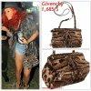 """# # Rihanna porte une sacoche    """" Givenchy  """"  qui coûte   1,685 $ ! Remarque * Rihanna a été aperçue au festival « Coachella Valley Music & Arts » en Californie avec sa meilleure amie d'enfance : Mélissa. Toujours aussi resplendissante, la jeune Barbadienne portait : un grand manteau militaire, un T-shirt noir dessous, un mini short en jean, un  chapeau sur la tête, des boots aux pieds, une petite sacoche Givenchy et un pendentif en forme de pistolet pour la touche rebelle. Alors ... Vos impressions ?"""