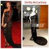 """# # Rihanna porte une robe    """" Stella Mc Cartney """" conçu spécialement pour elle.  Remarque * Le lundi 2 mai, à New York, s'est tenue l'un des évènements mode les plus prestigieux, le gala du MET 2011. Les stars et les créateurs étaient bien évidemment au rendez-vous pour cette édition rendant hommage au travail d'Alexander McQueen, décédé le 11 février 2010 à l'âge de 40 ans. Toujours aussi belle, la jeune femme de 23 ans est arrivée sur le tapis rouge vêtue d'une une sublime robe asymétrique de dentelle noire Stella Mc Cartney avec une longue traîne et  d'une paire de sandales Christian Louboutin aux pieds. Pour  ses accessoires, Rihanna portait des boucles d'oreilles Wilfredo Rosado et une jolie petite pochette  à la main. Et pour sa coiffure, la chanteuse arborait une longue chevelure tressée toujours aussi rouge."""