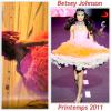 """# # Rihanna porte une robe   """" Betsey Johnson """"  Collection printemps 2011  Remarque *  Pour son clip Only Girl, le premier single extrait de Loud, Rihanna porte une jolie robe bustier  rose avec un dégradé orange signée Betsey Johnson, lors d'une scène dans un magnifique paysage   tout en haut d'une colline à quelques heures de Los Angeles. D'ailleurs, Lors d'un interview sur le tournage du clip, la chanteuse a déclarée :"""" Il y a quelques serpents. beurk! C'était tellement flippant, mais c'était tellement bien. Ça en valait vraiment la peine. Nous avons cette scène vraiment cool dans laquelle je suis en l'air dans un harnais. J'étais suspendue dans les air, c'était à des mètres du sol. C'était de la folie. Ils m'ont surélevé sur une grue, au-dessus d'une colline, en haut d'une falaise. C'était vraiment effrayant, mais amusant."""""""