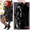 """# # Rihanna porte un trench-coat  """" Burberry """"  qui coûte 1,895 $ !  Remarque *  Le 27 mai 2011, Rihanna s'est rendue au Rockefeller Center, où était tourné le Today Show, diffusé sur NBC. La pop-star a offert un show incroyable devant une foule en délire à New York, où elle a interprété ses célèbres tubes comme : S&M où What's my name. La jeune femme a fait sensation en trench Burberry et collants résilles noirs lors de l'émission. Sous son trench vernis Burberry , la chanteuse portait des collants résilles, une culotte haute Louis Vuitton, une ceinture à médaillons autour de la taille  et un mini haut rayé Norma Kamali."""