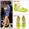 """# # Rihanna porte des sandales """" Miu Miu  """"  qui coûte 129 $ !  Remarque *   Le 27 juillet 2011, Rihanna a été aperçue dans l'après-midi à Los Angeles en compagnie d'une amie. La jeune femme arborait : une combi-short assortie à une paire de sandales jaunes fluo Miu Miu, des lunettes de soleil, plusieurs bijoux et une nouvelle coupe."""