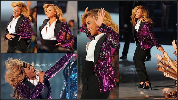 . __♦ Article spécial MTV Video Music Awards 2011 : . Grosse nouvelle ! Beyoncé arrive sur le tapis rouge des VMA et dévoile qu'elle est enceinte ! Bravo Bee ! • La future maman a remporté l'award de la meilleure chorégraphie avec son clip « Run The World ». .