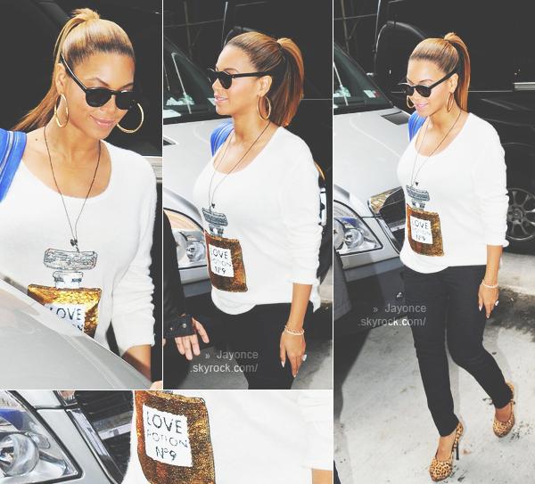 jayoncé (c) 20/10/11 : Beyoncé a été vu se baladant à New York pour se rendre à une réunion d'affaire. Top ? :) jayoncé (c)