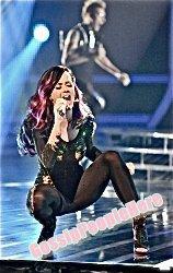 ->Katy Perry, performe à Xfactor                 Eh bien, elle y va a fond lorsqu'elle chante :)