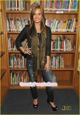 ->Demi Lovato dans une école élémentaire                                       Côté vestimentaire je lui donnerai un top, par contre j'aime pas trop sa coiffure.