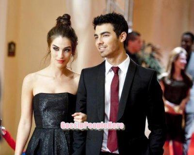 """->Joe Jonas dans un épisode de """"90210""""                                     Mmmh.. Très élégant au bras de cette jeune femme, dommage ya dej'a Ashley -_-'"""